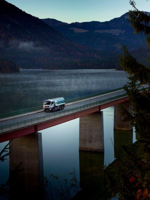 Tankwagen auf einer Brücke